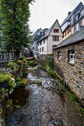 Bild mit Natur, Wasser, Deutschland, Haus, Brücke, Wandern, Naturpark, Fluß, Strömung, Eifel, Monschau, Rur, Holzkonstruktion