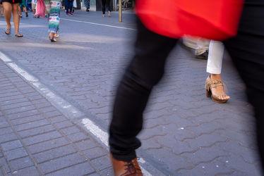 Bild mit Menschen, Füße, Beine, Rot, Schuhe, Bunt, Bewegung, Zeit, Passanten, bewegungsunschärfe, Pflaster, Eile, Tempo, Käufer
