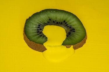 Bild mit Gelb, Grün, Lebensmittel, Frucht, Nahrungsmittel, Kiwi, Obst, Makro, GESUND, nahaufnahme, Vitamine, Ernährung, Details, Kerne, fruchtfleisch, Dessert