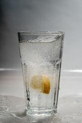 Bild mit Wasser, Lebensmittel, Getränke, nahaufnahme, Geschmack, Zitrone, sprudel, spritzig, sprudelnd, Mineralwasser