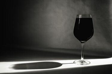 Bild mit Lebensmittel, Glas, Getränke, Licht, Spiegelungen, monochrom, Wein, Schatten, weinglas, Studioaufnahme