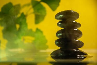 Bild mit Wasser, Steine, Ruhe, Entspannung, Wellness, Stille, ginkgo, Besinnung, Kontemplation, Installation