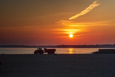 Bild mit Sommer, Sonnenaufgang, Sonne, Strand, Ostsee, Meer, Licht, Schatten, Arbeit, Traktor