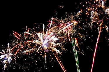 Bild mit Farben, Grün, Himmel, Violett, Rot, Blau, Schwarz, Bunt, Feuerwerk, Nacht, dunkel, Leuchte, Raketen, Sprengkörper, explosion, Schwarzpulver