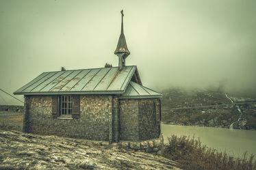 Bild mit Herbst, Nebel, Landschaften im Herbst, VINTAGE, Kapelle, Nebelwolken, Schweiz, Kalt, schweizeralpen, launische wetter