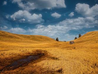 Bild mit Herbst, Wolkenhimmel, Wolkenhimmel, Wolken am Himmel, Berge und Almen, Hochmoor, Hütte, steppe
