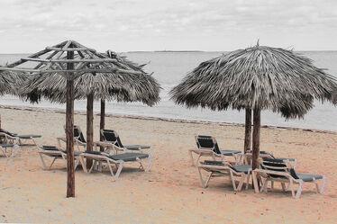 Bild mit Sand, Meer, schirm, Stühle