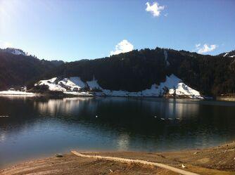 Bild mit Berge, Himmel, Schnee, Sonnen Himmel, Schnee in den Bergen, Wasserspiegelung