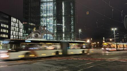 Bild mit Gebäude, Straßen, Nachtaufnahmen, Bahn, Bürogebäude, Bus