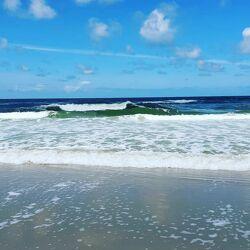 Bild mit Wellen, Wellenbrecher, Strand, Sandstrand, Sanddünen