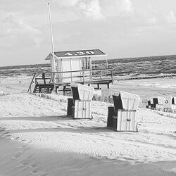 Bild mit Strand, Sandstrand, Meer, Strandkorb am Meer, Strandkörbe am Meer, Strandhaus, Rettungsdienst