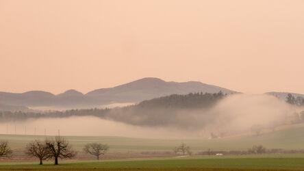 Bild mit Gelb, Natur, Berge und Hügel, Bäume, Winter, Waldweg, stimmungsvoll, Wetterkapriolen Nebel, grüne Felder