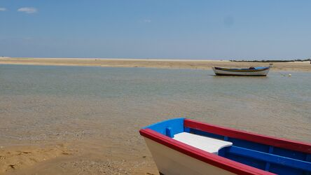 Bild mit Wasser, Himmel, Frühling, Frühling, Sand, Panorama, Ferien, Blauer Himmel, farbenfroh, Fischerboote