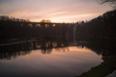 Bild mit Orange, Sonnenuntergang, Görlitz, Eisenbahnbrücke, Wasserspiegelung, Fluss neiße, viadukt