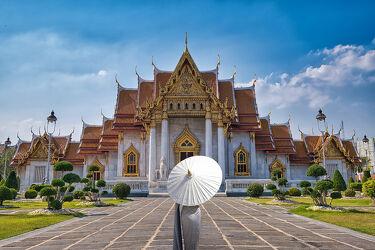 Bild mit asien, südostasien, Tempelanlagen, Tempel, Religion, hübsche Frau, Sonnenschirme, Thailand, Marmor