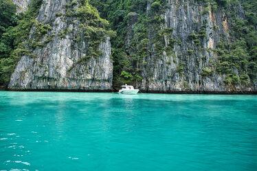 Bild mit Strände, Palmen, Buchten, Inseln, Insel, asien, südostasien, Longtailboot, Phi Phi, Schnellboot
