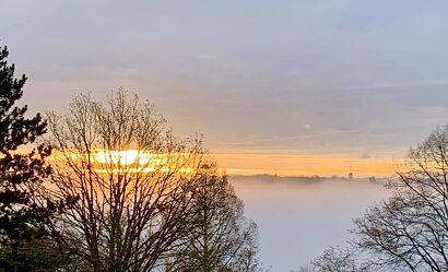 Bild mit Sonnenaufgang, Landschaft, Nebelauflösung, morgennebel