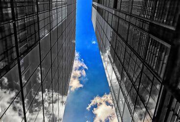 Bild mit Architektur, Wolkenhimmel, Colorkey, schwarz weiß, hochhaus