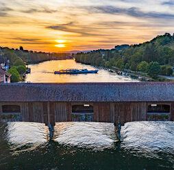 Rheinbrücke mit Schiff