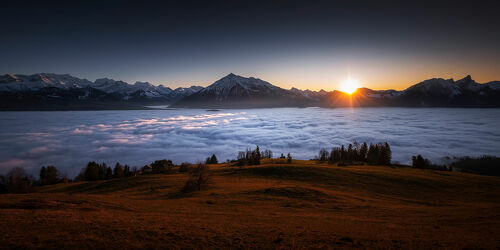 Bild mit Berge, Sonnenuntergang, Alpen, Nebelmeer, Berner Oberland, schweizer alpen, alpenpanorama, Thunersee, Stockhorn, Niesen