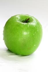 Bild mit Farben,Grün,Natur,Pflanzen,Früchte,Gegenstände,Lebensmittel,Essen,Apfel, Äpfel,Frucht,Kulturapfel,Obstart,Nahrungsmittel,Apfel mit Wassertropfen,nasser Apfel,Apfelbild,Malus,grüner Apfel,grüne Äpfel