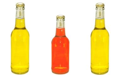 Bild mit Gegenstände,Lebensmittel,Trinken,Flaschen,Farben,Gelb,Getränke,Liköre,Alkohol,Flasche,Bierflasche,Bierflaschen,gelbe Flasche,rote Flasche,Trinkflasche