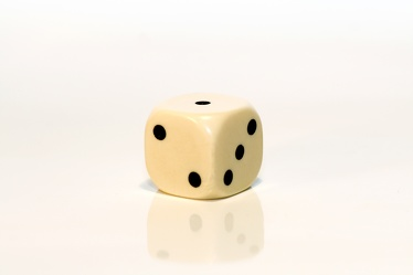 Bild mit Gegenstände,Weiß,Spiele und Spielzeuge,Würfel,Spielewürfel,Spielwürfel,Glückswürfel,Würfelspiel,6er Würfel,weißer Würfel,Elfenbein Würfel,weißer Würfel vor weißem Hintergrund