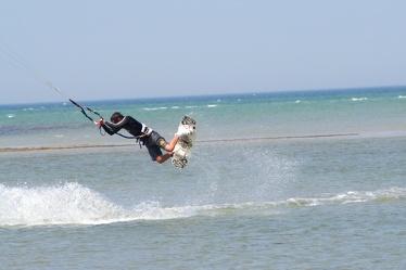 Bild mit Aktivitäten,Sport,Wassersport,Surfen,Kitesurfen,Windsurfen,Natur,Landschaften,Gewässer,Brandung,Wellen,Wasserskifahren und Wakeboarden,Fahrzeuge,Wasserfahrzeuge,Surfbretter,Meere