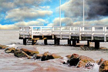 Bild mit Natur,Landschaften,Gewässer,Brandung,Wellen,Meere,Küsten und Ufer,Architektur,Industrie,Häfen,Piers,Himmel,Wolken,Fahrzeuge,Elemente,Wasser,Reflexion
