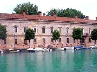 Bild mit Natur,Elemente,Wasser,Landschaften,Gewässer,Flüsse,Architektur,Bauwerke,Gebäude,Wahrzeichen,Italien,Kanäle,Peschiera del Garda